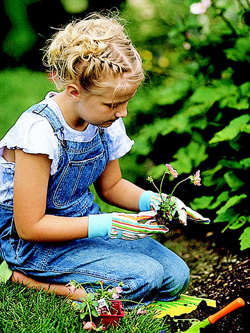 Chipper tips 5 reasons to have a kid s garden let 39 s go for Gardening with children
